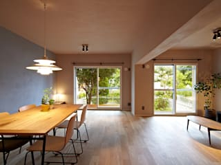 Salon moderne par 山田伸彦建築設計事務所 Moderne