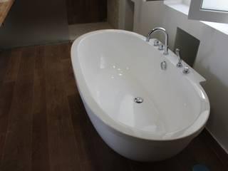 Baño dormitorio principal:  de estilo  de CASTSHINE