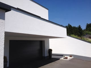 garage entry downstairs: moderne Häuser von Architect DI Johannes Roithner