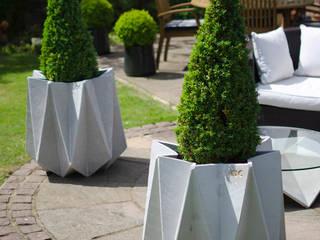 Kronen 65 Flower Pot in Warm Grey Concrete de Adam Christopher Design Escandinavo Hormigón