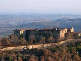 Il borgo nel paesaggio toscano: Case in stile In stile Country di Studio Meacci & C. Architecture & Consulting
