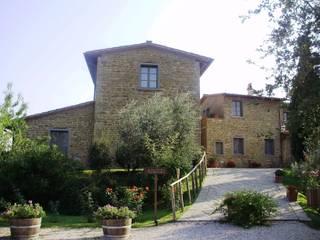 Vista dell'ingresso al borgo: Case in stile In stile Country di Studio Meacci & C. Architecture & Consulting