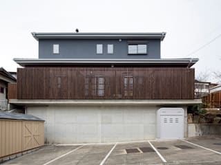 Casas de estilo asiático de 一級建築士事務所シンクスタジオ Asiático