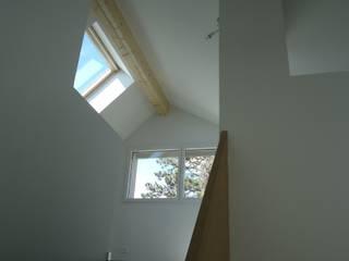 TRANSFORMATIONS D'UNE VILLA INDIVIDUELLE Couloir, entrée, escaliers modernes par ELEMENT 9 Moderne