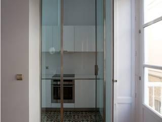 3 VIVIENDAS, CALLE SAN MIGUEL 18 (CÁDIZ): Cocinas de estilo ecléctico de pxq arquitectos