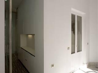 3 VIVIENDAS, CALLE SAN MIGUEL 18 (CÁDIZ): Pasillos y vestíbulos de estilo  de pxq arquitectos