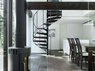 现代客厅設計點子、靈感 & 圖片 根據 atelier137 ARCHITECTURAL DESIGN OFFICE 現代風 磁磚