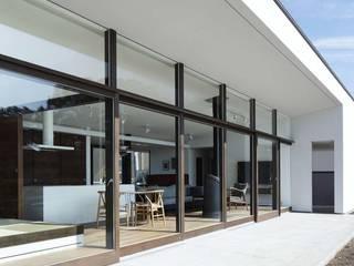 外観テラス~016小諸 I さんの家: atelier137 ARCHITECTURAL DESIGN OFFICEが手掛けたテラス・ベランダです。