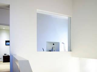 Modern corridor, hallway & stairs by Barbara D'Agaro architetto Modern