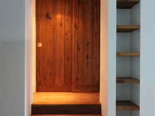 Pasillos y vestíbulos de estilo  de Hall + Bednarczyk Architects