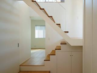 Pasillos, vestíbulos y escaleras de estilo moderno de 向山建築設計事務所 Moderno Madera Acabado en madera