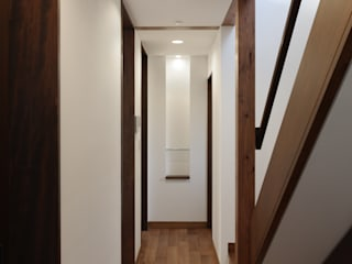 TAMAI ATELIER Modern Corridor, Hallway and Staircase
