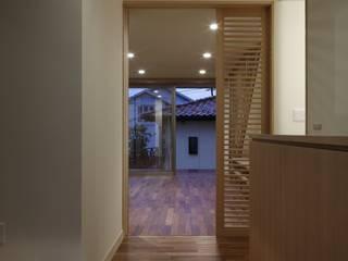 Moderner Flur, Diele & Treppenhaus von TAMAI ATELIER Modern
