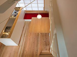 ロフトから食卓テーブルを見る: 河合建築デザイン事務所が手掛けたダイニングです。