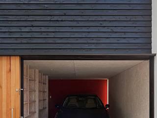 北側外観(インナーガレージ内観): 河合建築デザイン事務所が手掛けた家です。