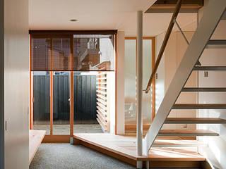 階段(鋼板と無垢板で構成): 河合建築デザイン事務所が手掛けた廊下 & 玄関です。