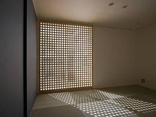 寝室(畳室) 防犯格子入り内戸: 河合建築デザイン事務所が手掛けた寝室です。