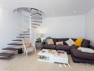 Salón con escalera de caracol: Salones de estilo moderno de Arquitectos Madrid 2.0