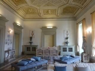 il salone principale: Soggiorno in stile in stile Classico di Giulia Garbi - Agenzia Immobiliare