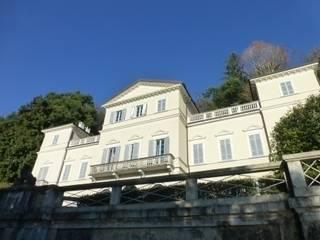 la villa neoclassica: Giardino in stile in stile Classico di Giulia Garbi - Agenzia Immobiliare