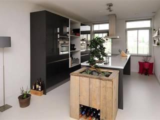 Lichtgrijze gietvloer in woning Almere:  Keuken door Motion Gietvloeren, Landelijk