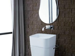 """La pietra di Spalato a """"spaccatello"""" firmata VALPIETRA® arreda il bagno: Bagno in stile in stile Minimalista di VALPIETRA®"""