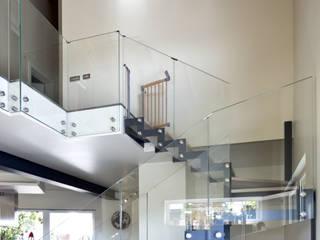 villa in legno provincia di Milano: Soggiorno in stile in stile Moderno di studio architettura serati