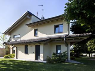 villa in legno provincia di Milano: Case in stile in stile Moderno di studio architettura serati