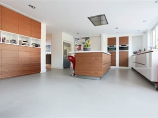 Betonlook gietvloer in Badhoevedorp:  Keuken door Motion Gietvloeren, Modern