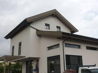 villa in legno a Vittuone Milano: Case in stile in stile Moderno di studio architettura serati