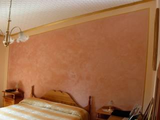 Testata del letto con Stucco a Cera Rosa Antico Camera da letto in stile classico di Arte & Decorazioni di Marco Sinibaldi Classico