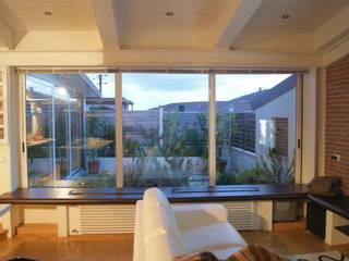 vista del giardinetto al piano secondo: Soggiorno in stile  di studio di Architettura Della Bona & Fiorentini