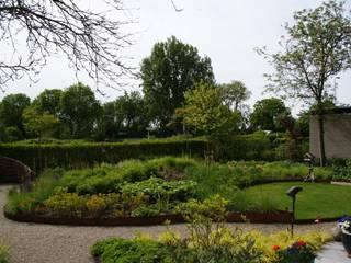 Weelderige plantentuin: moderne Tuin door Ontwerpstudio Angela's Tuinen