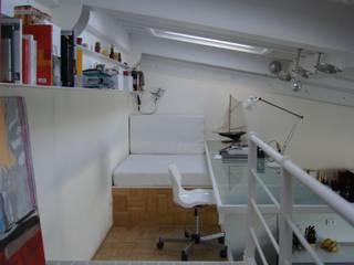 soppalco con scrivania e divanetto/letto: Studio in stile  di studio di Architettura Della Bona & Fiorentini