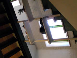 scala/libreria: Soggiorno in stile  di studio di Architettura Della Bona & Fiorentini
