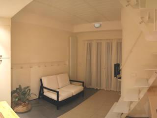 piano terra con pavimento bicolore: Soggiorno in stile  di studio di Architettura Della Bona & Fiorentini