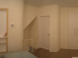 bilocale minimal: Camera da letto in stile  di studio di Architettura Della Bona & Fiorentini