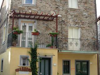 recupero delle facciate: Case in stile  di studio di Architettura Della Bona & Fiorentini