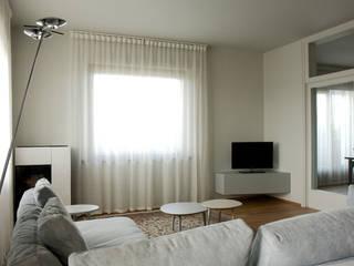 Casa DL - restyling della zona giorno: Soggiorno in stile  di Nicoletta Bertolissi architetto
