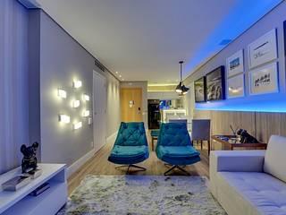 Iluminação destaca projeto moderno de flat na capital paulista: Salas de estar  por Guido Iluminação e Design