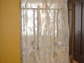 古い和の建具が間仕切りの子供室から見えるリビング: 株式会社リザ・ボーテが手掛けたです。