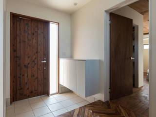 玄関: 一級建築士事務所シンクスタジオが手掛けた廊下 & 玄関です。