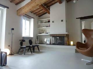 Salone in microcemento: Pareti in stile  di Pavitek sas di Arena Enzo & c.