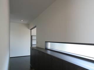 Pasillos, vestíbulos y escaleras de estilo moderno de 天工舎一級建築士事務所 Moderno