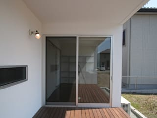 Balcones y terrazas de estilo moderno de 天工舎一級建築士事務所 Moderno
