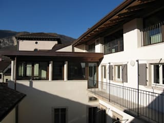 Palazzo sede degli Uffici della Corte dei Conti - Trento (TN): Complessi per uffici in stile  di Modena Architetto Giovanni