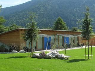 Camping spiaggia - lago di Molveno (TN): Hotel in stile  di Modena Architetto Giovanni