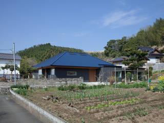 Casas de estilo ecléctico de 建築デザイン工房kocochi空間 Ecléctico
