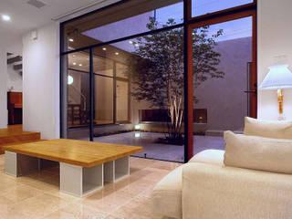 Like a Barragan: アースワーク建築設計事務所が手掛けたリビングです。