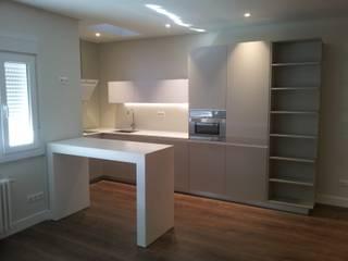 Reforma apartamento El Viso en Madrid: Cocinas de estilo moderno de Lumasa Proyectos